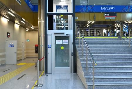 Sochi, Russia - 5 marzo 2014: Ascensore per persone con disabilit� presso la stazione ferroviaria di Krasnaja Poljana - attrezzature per il successo della XI Giochi Paralimpici Invernali