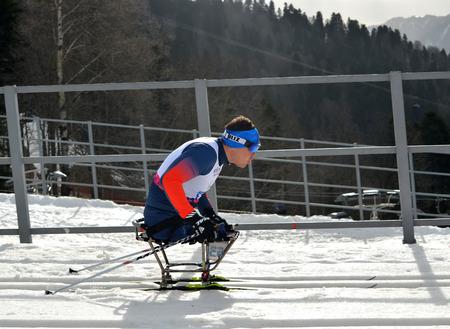 SOCHI, RUSSIA - 9 Marzo 2014: Irek Zaripov (Russia) compete per Giochi Paralimpici Invernali di Sochi. Biathlon, Mens 15 km, seduta Editoriali