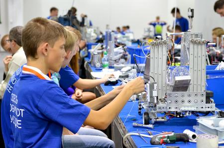 delegates: SOCHI, RUSSIA 21 NOVEMBRE 2014: I bambini fanno un robot al robot Olimpiadi di Sochi. Qui c'era il mondo Robotic Olimpiadi 2014. Vi hanno partecipato delegati provenienti da 47 paesi. Editoriali