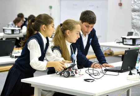 delegates: SOCHI, RUSSIA 21 NOVEMBRE 2014: I bambini fanno un robot in Russia Mondiale Robotic Olimpiadi 2014. Vi hanno partecipato delegati provenienti da 47 paesi.