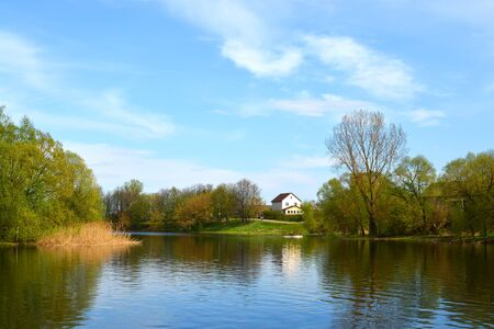 Lepel, Wit-Rusland: lente stad landschap met het meer