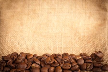 Zblízka kávy plodin na pytlovina materiálu. Umístěte fot textu. Reklamní fotografie - 12715872