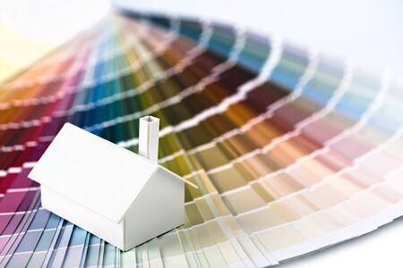 カラー パレットの小さなシンプルな白いモデルハウス 写真素材