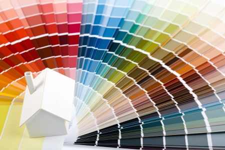 Kleine eenvoudige witte model huis op een kleurenpalet