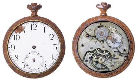 reloj antiguo: Primer plano de un reloj oxidado de la vendimia de ambos lados, aislado