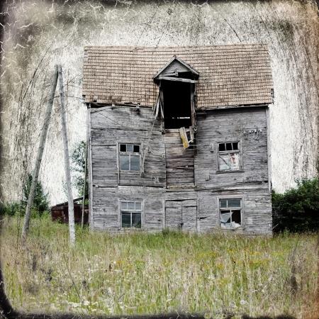 жуткий: Старый заброшенный дом в середине нигде. Добавлено царапин и старинные рамы. Фото со стока
