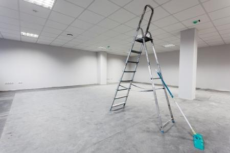 pulizia pavimenti: Interno edificio incompiuto, stanza bianca.