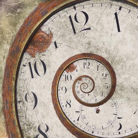 Gros plan sur un cru rouillé tourbillon d'horloge Banque d'images