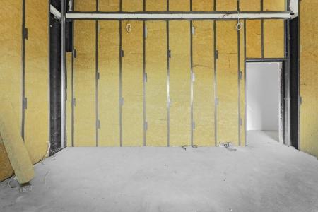 未完成の建物の内部、岩綿で覆われた壁。