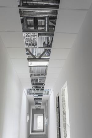 befejezetlen: Befejezetlen épület belső, fehér festetlen folyosón Stock fotó