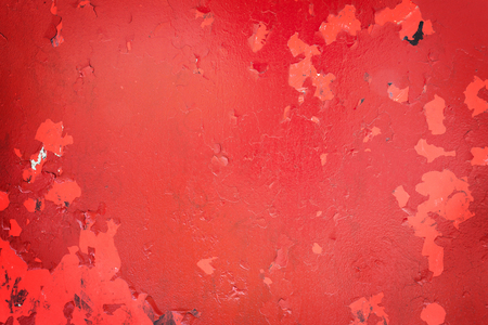 Old red paint, weathered and cracked, starting to fall off Standard-Bild