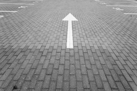 Driving direction arrow in the parking lot Standard-Bild