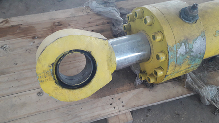 Cilindro hidráulico antiguo saque el sistema hidráulico de la máquina industrial