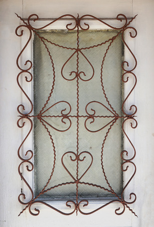 Ventana con rejilla de hierro con estilo Foto de archivo