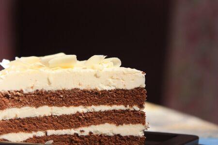 to cake layer: Torta di cioccolato-vaniglia strato.