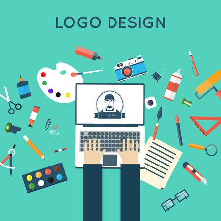 manos logo: Conceptos para el logotipo de proceso creativo y el dise�o gr�fico agencia de dise�o. Dise�ador trabaja en el cuaderno. Espacio de trabajo de Illustrator con herramientas y dispositivos. Ilustraci�n Dise�o plano. La parte superior del escritorio vista.