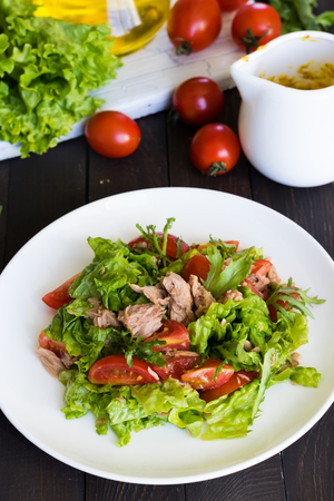 Salad with tuna and mustard dressing