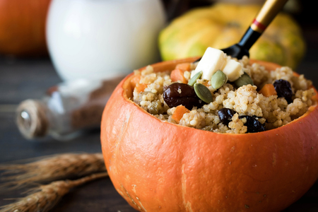 Traditional Russian millet porridge with raisins and pumpkin stewed in the oven. Pumpkin serving instead of plates Stockfoto