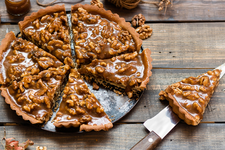 Tarte with salted caramel and walnuts