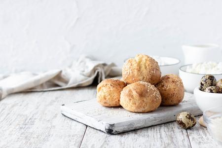 Glutenfreie Hüttenkäsebrötchen auf Wachteleiern und Reismehl als gesunde und gesunde Alternative zu Normalbrot Standard-Bild