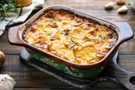 Potato casserole with garlic and rosemary. Simple and tasty food. Village lunch. Stockfoto