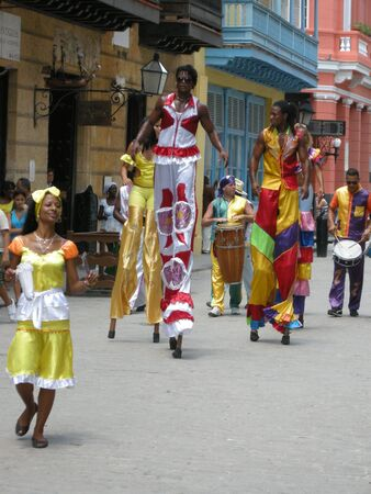 zancos: Street entertainerson zancos en La Habana, Cuba