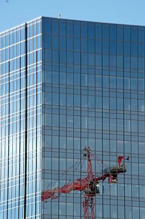 edificio cristal: Gr�a refleja en edificio de cristal en el centro de Denver Foto de archivo