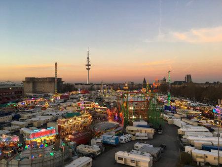 HAMBURG - 27. März 2017: Großer Jahrmarkt aus der Vogelperspektive