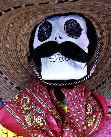 Cráneo mexicano artesanal con bigote, sobrero y paliacate, Día de Todos los Santos Veracruz, México 2017
