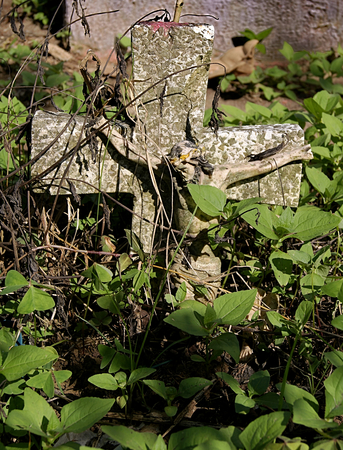 Stone crucifix of an abandoned tomb in the cemetery of Xalapa Veracruz, Mexico 2017 Banco de Imagens