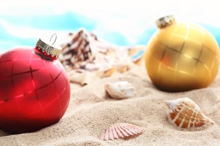 Weihnachtskugeln und Muscheln am Strand, Closeup. Standard-Bild