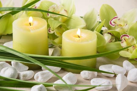 candela: candele, ciottoli e orchidea Archivio Fotografico