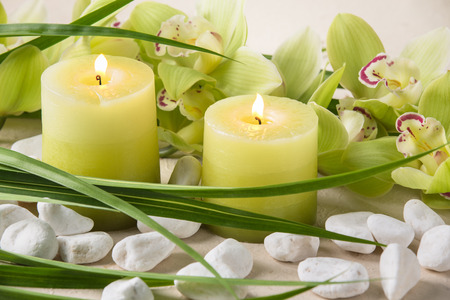 spas: Kerzen, Kieselsteinen und Orchidee Lizenzfreie Bilder