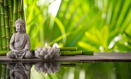 bambu: Buda en meditación con vela encendida Foto de archivo