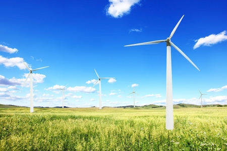 Windkraftanlagen Landschaft. Standard-Bild