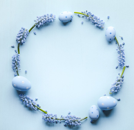 Grape hyacinth flower and easter eggs flat lay Zdjęcie Seryjne
