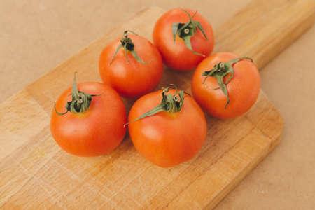Red tomatoes on wooden cutting board 版權商用圖片