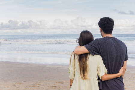 Unrecognizable young couple hugging at the beach 版權商用圖片