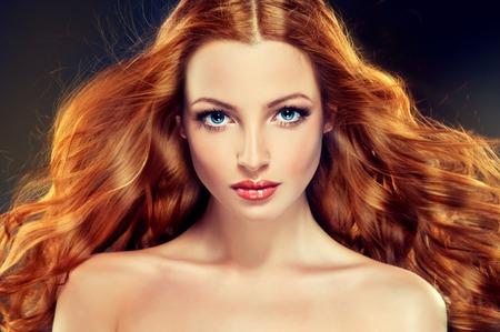 pelo rojo: Modelo hermoso con el pelo largo y rizado de color rojo. peinados de estilo rizos