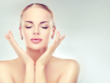 cuerpo femenino perfecto: Hermosa mujer con piel limpia fresca de cerca. la cara cuidado de la piel. Cosmetología y maquillaje