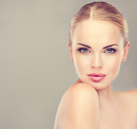 Bella donna con pelle pulita fresca da vicino. faccia la cura della pelle. Cosmetologia e trucco Archivio Fotografico