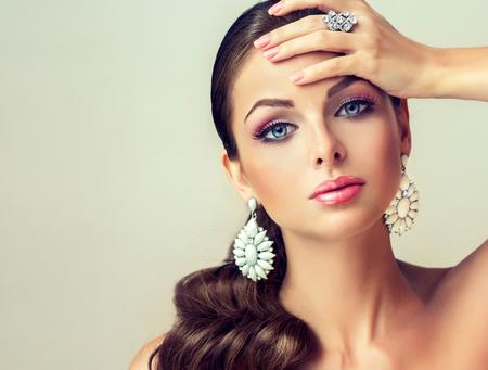 aretes: Mujer de la manera con el conjunto de joyer�a. chica con la joyer�a de moda, pendientes y anillo.