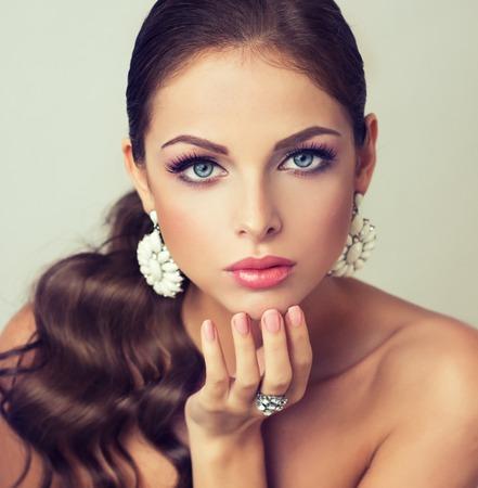 mode femme avec ensemble de bijoux. fille avec des bijoux à la mode, boucles d'oreilles et bague.