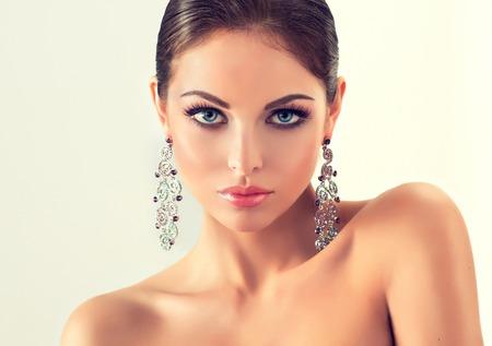 aretes: Mujer de la manera con el conjunto de joyería. chica con la joyería de moda, pendientes y anillo.