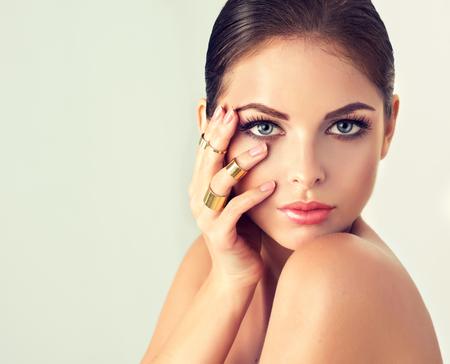 Moda donna con l'insieme dei monili. ragazza con moda gioielli, orecchini e anelli. Archivio Fotografico - 52450155