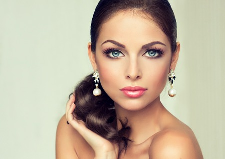Mujer de la manera con el conjunto de joyería. chica con la joyería de moda, pendientes y anillo.