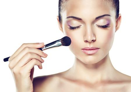 Beauty Portrait. Schöne Spa Frau ihr Gesicht zu berühren. Kosmetik und Kosmetologie. Säubern Sie Gesicht, Hautpflege. Mädchen mit zarten Blume nahe dem Gesicht Standard-Bild