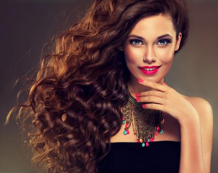 Bela modelo morena com cabelo longo enrolado e colar de jóias