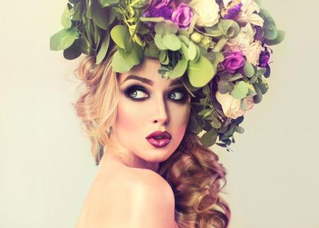 ojos verdes: Resorte de la muchacha. Bella modelo con corona de flores en la cabeza. Maquillaje ojos ahumados. Foto de archivo
