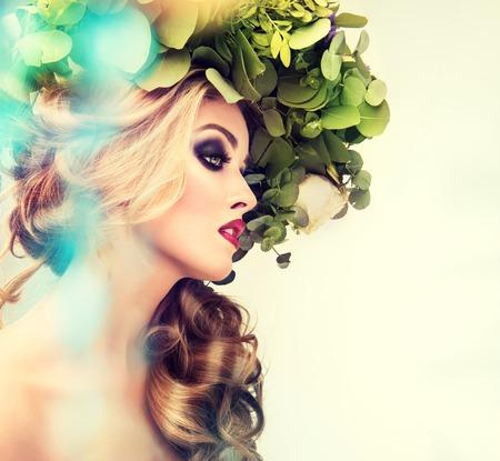 女の子の春。彼の頭の上の花の花輪と美しいモデル。化粧スモーキーアイ。